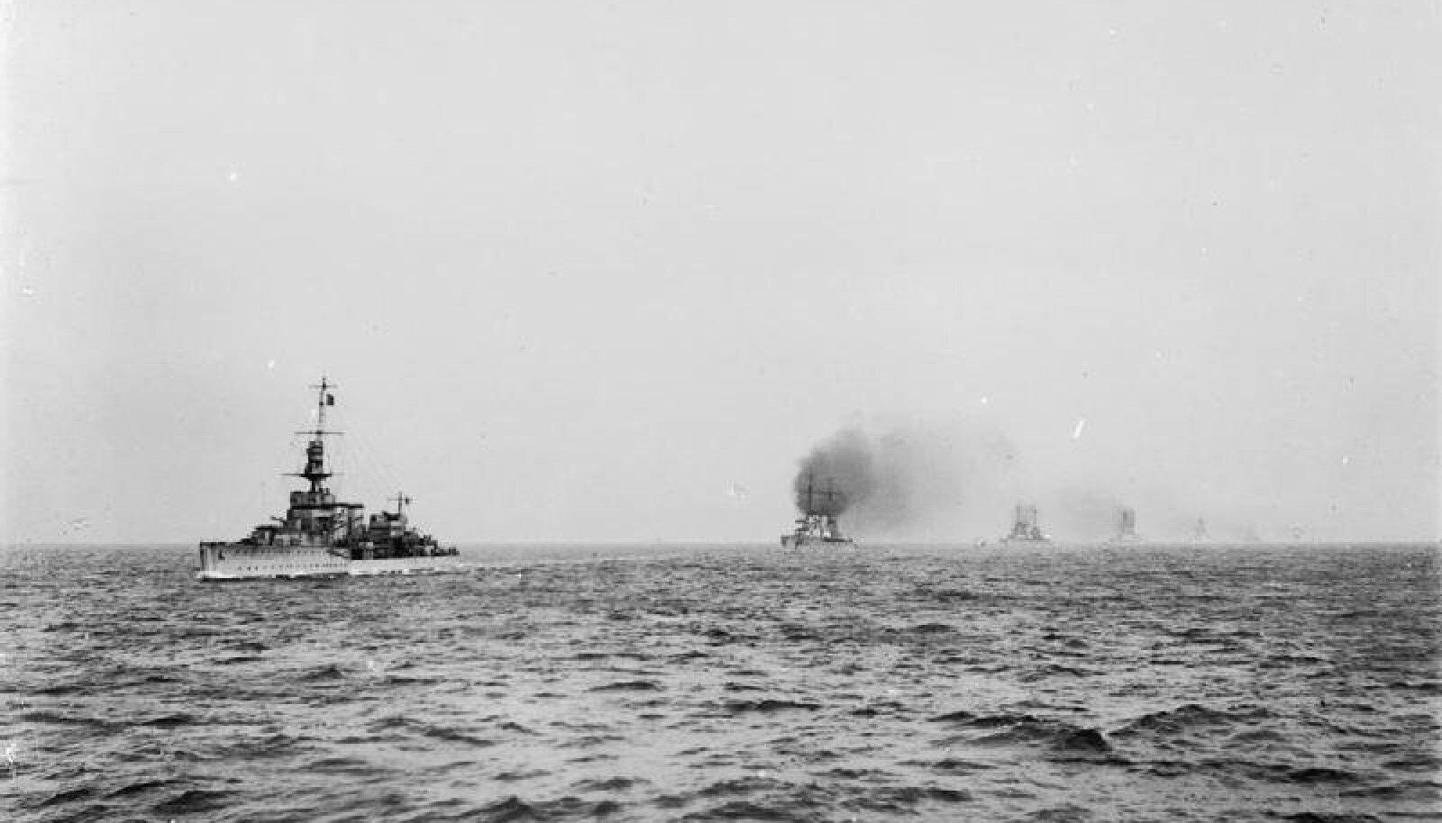Admiral Sinclairi juhitud HMS Cardiff juhatamas üle võetud Saksa sõjalaevu Rosythi sadamasse.