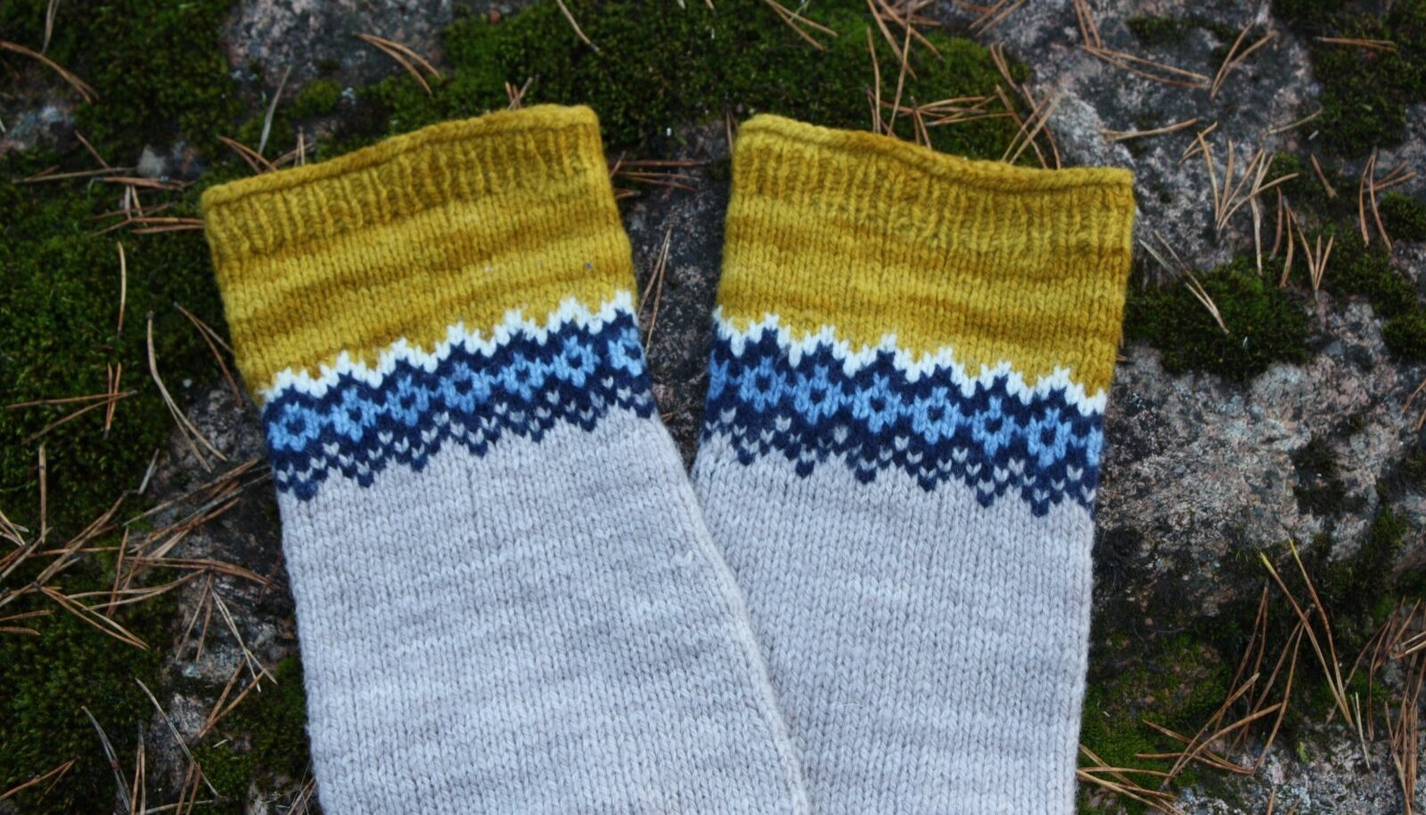 Mustrit võib ka mitu korda läbi kududa, sellisel juhul tuleks mustrikorduste vahel juurde kasvatada ka silmuseid, et sokk jalga mahuks.