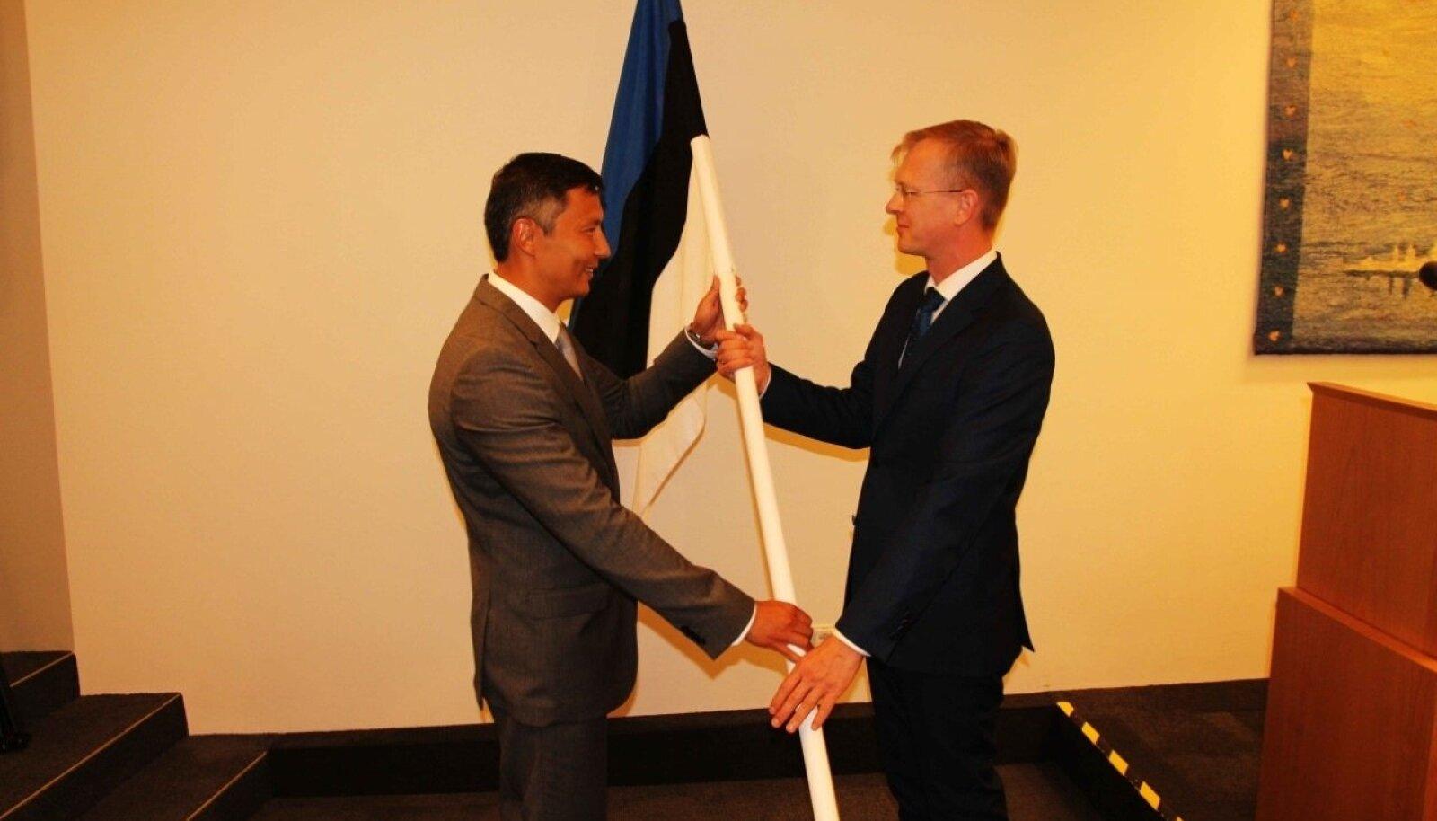 Mihhail Kõlvart kinkis Tallinna linnavolikogule riigilipu.