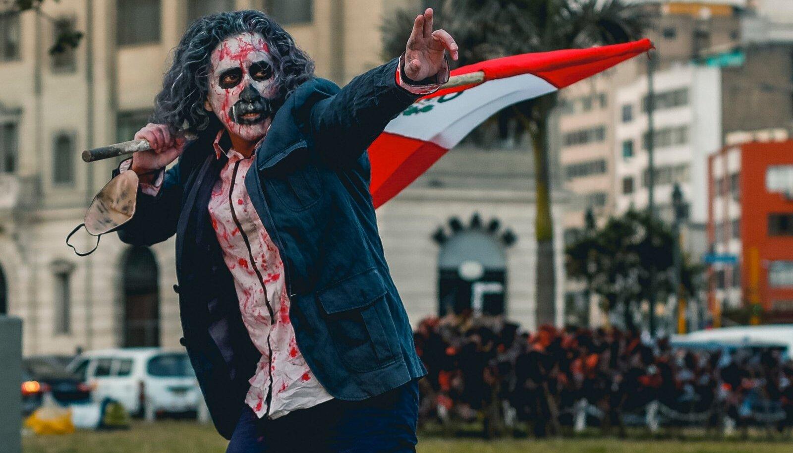 PLATS PUHTAKS! Peruud on haaranud massilised väljaastumised korruptsiooni vastu. Üks Limas nn rahvuslikul marsil osalenud meeleavaldaja.