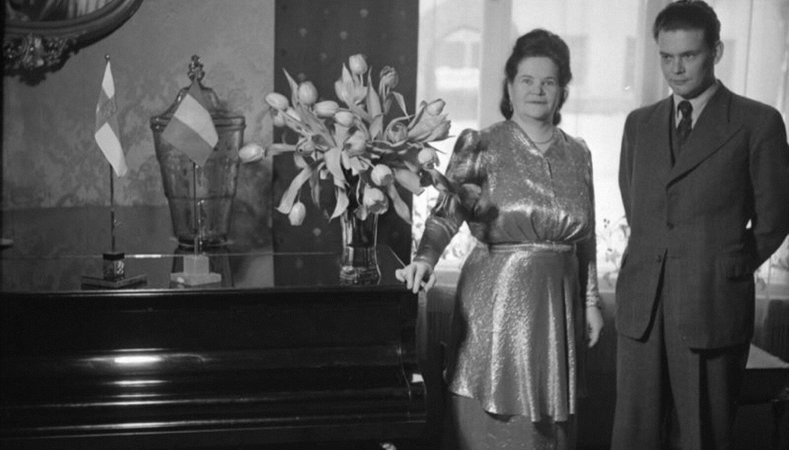 JÕUKAS DAAM: Eesti aukonsul Tamperes Rosa Salmelin koos pojaga aastal 1945.