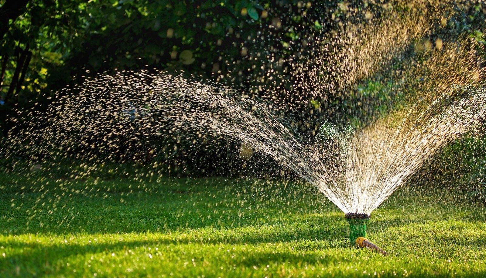 Vihmuti niisutab maapinda 5–7 cm sügavuselt ja seda on mõttekas kasutada muru kastmisel.