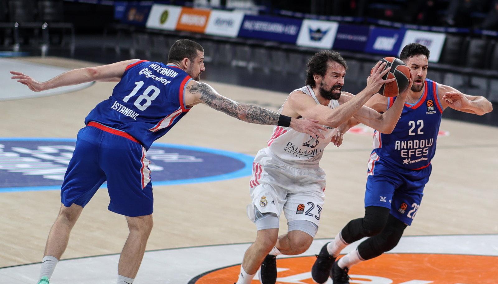 Anadolu Efesi mängijad Adrien Moerman ja Vasilije Micic takistamas Reali kuulsust Sergio Llulli (palliga).