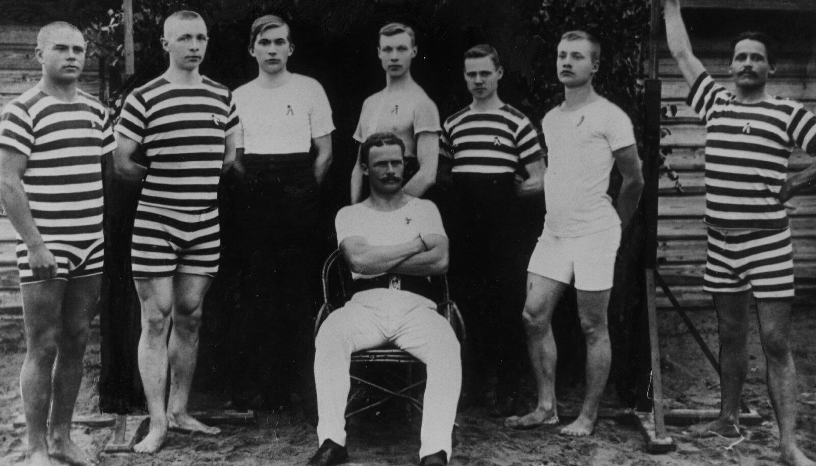 """KA SPORT: Rattasõidu Seltsi Kalev kergejõustiklased 1910. aastal. Paremalt teine seltsi esimese """"koguvõistluse"""" võitja Konstantin Meri, ees istub Leopold Tõnson."""