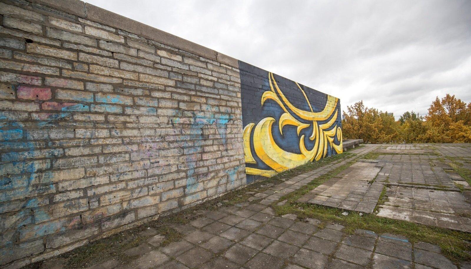 Linnahalli fassaadi puhastamine seinamaalingust peatati täna lõunal
