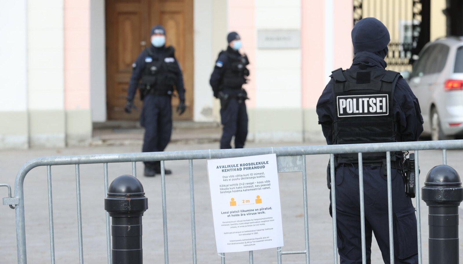 Politsei jälgimas koroonapiirangutest kinnipidamist Toompeal protestijate kogunemisel.