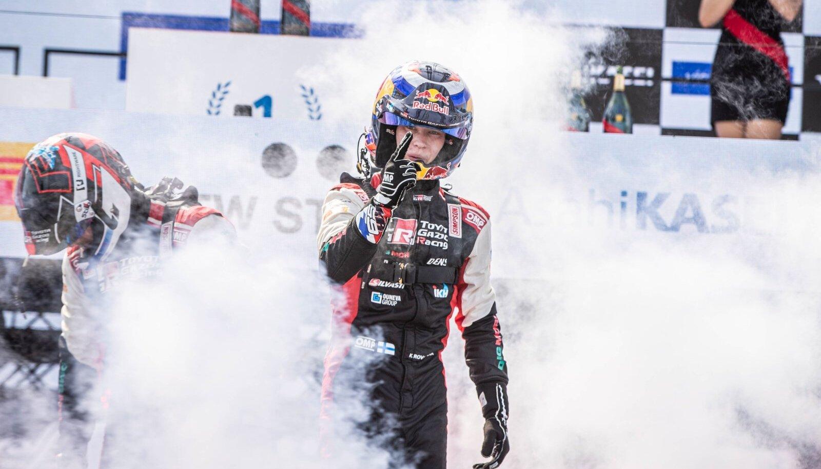 Kalle Rovanperä pritsis Rally Estonial esimest korda võidušampanjat.