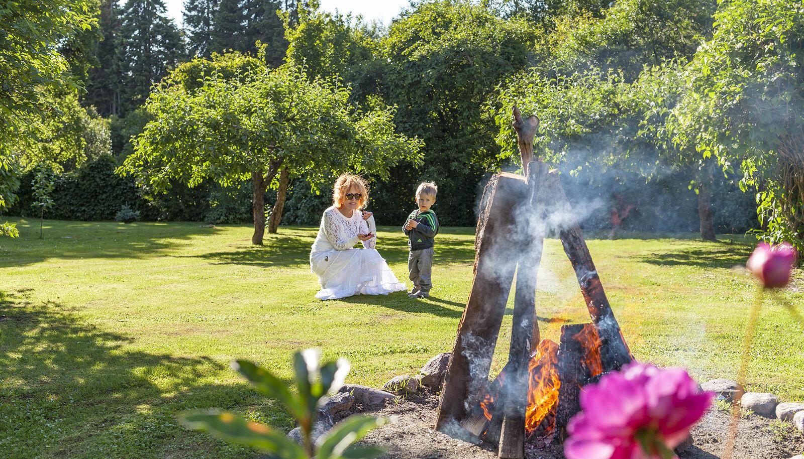 Tiina koos tütrepoja Markusega oma suvemaja avaras aias. Foto: Priit Grepp / Kodukiri