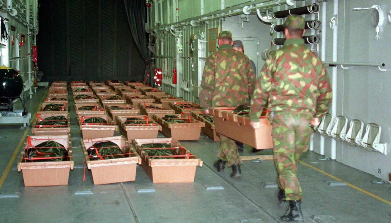 Soome ajateenijad parvlaevaõnnetuses hukkunutega. Foto pärineb 1994. aasta 29. septembrist.
