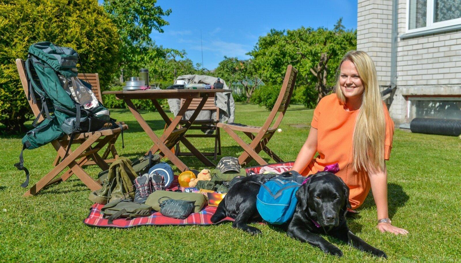 Heleri Hanko ja Steffi Graf näitavad varustust, millega alustavad täna üht Eesti pikemat matkateed. Steffil, nagu näha, on oma seljakott.