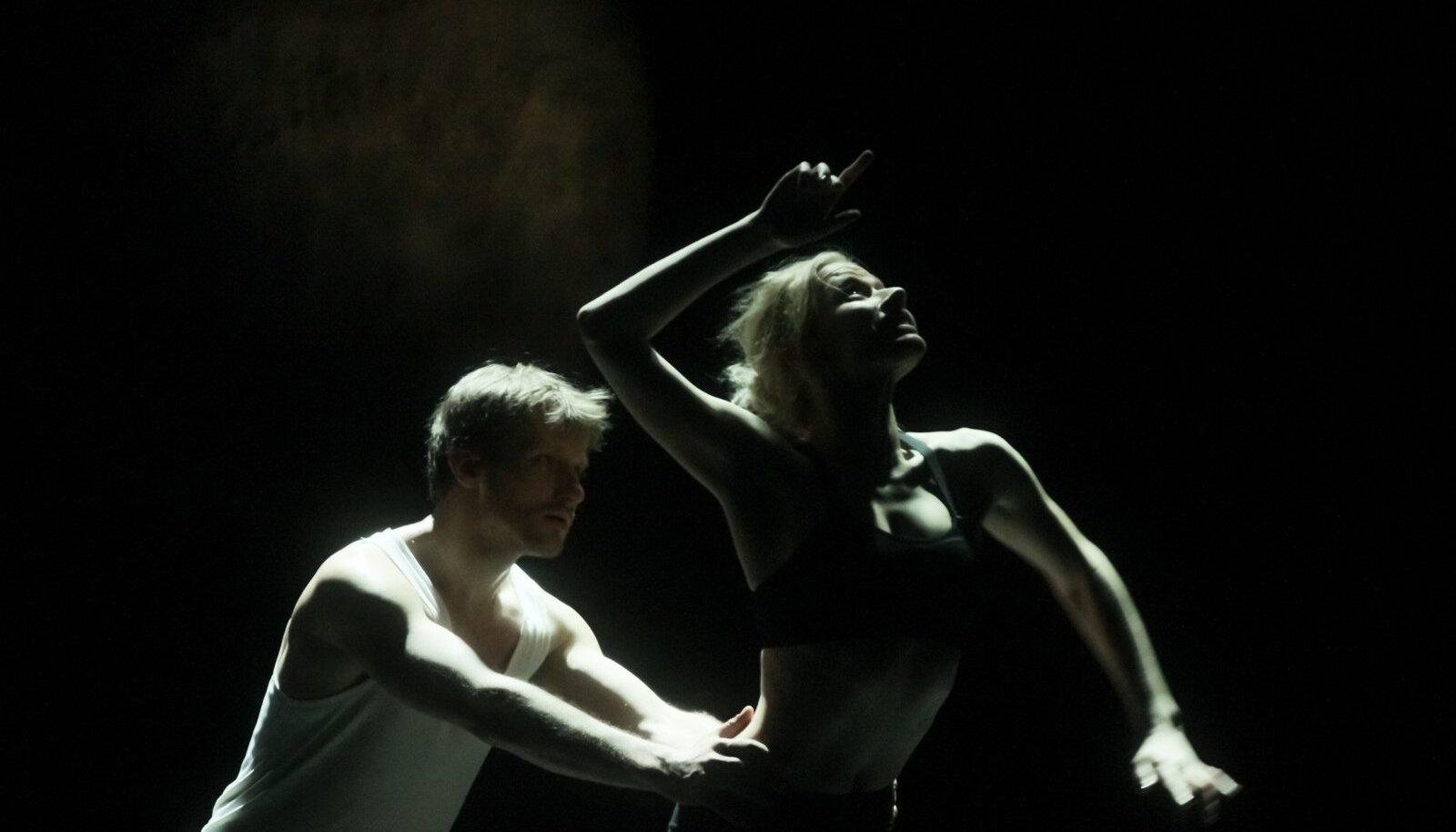 """""""Puudutada kuud"""" on kahe noore tantsuhuvilise (Jaune Kimmel ja Madis Mäeorg -pildil) eneseleidmise ja teineteise leidmise lugu.""""Läbi selle näitame ühtlasi inimsuhteid selles ajastus, seda kuidas nad kaasaaegset tantsu hakkavad tegema ja mis sellest kõigest välja tuleb,"""" ütleb Peeter Raudsepp."""