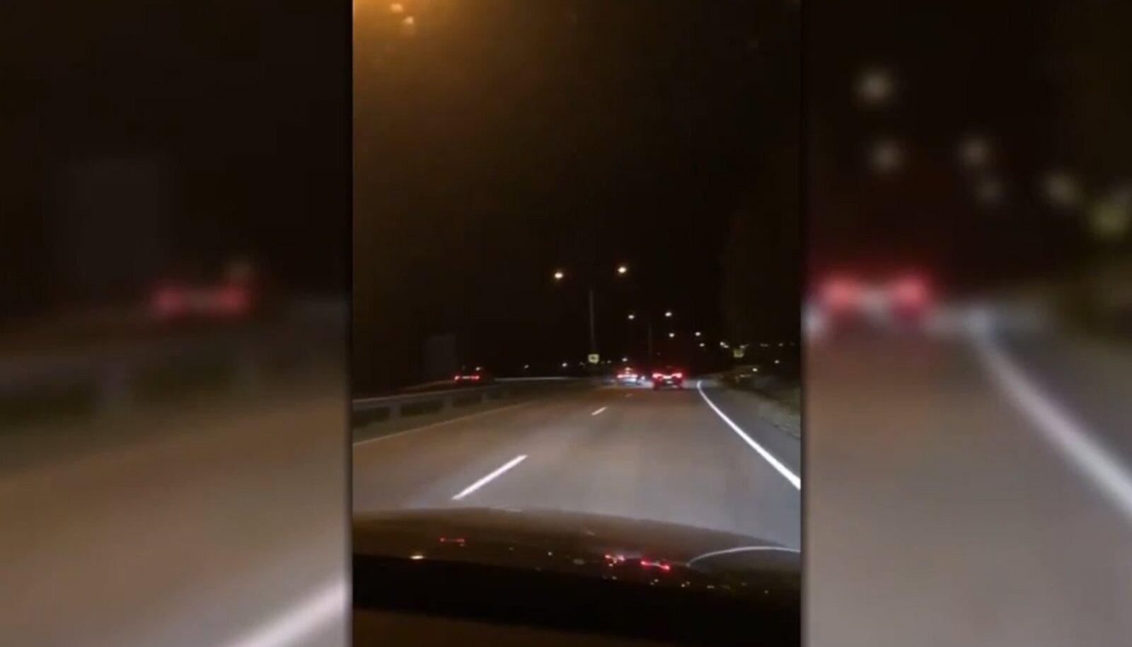 Kaader kaasliikleja pardakaamera videost: vasakpoolsed tagatuled kuuluvad vastassuunavööndis sõitnud eestlase BMW-le