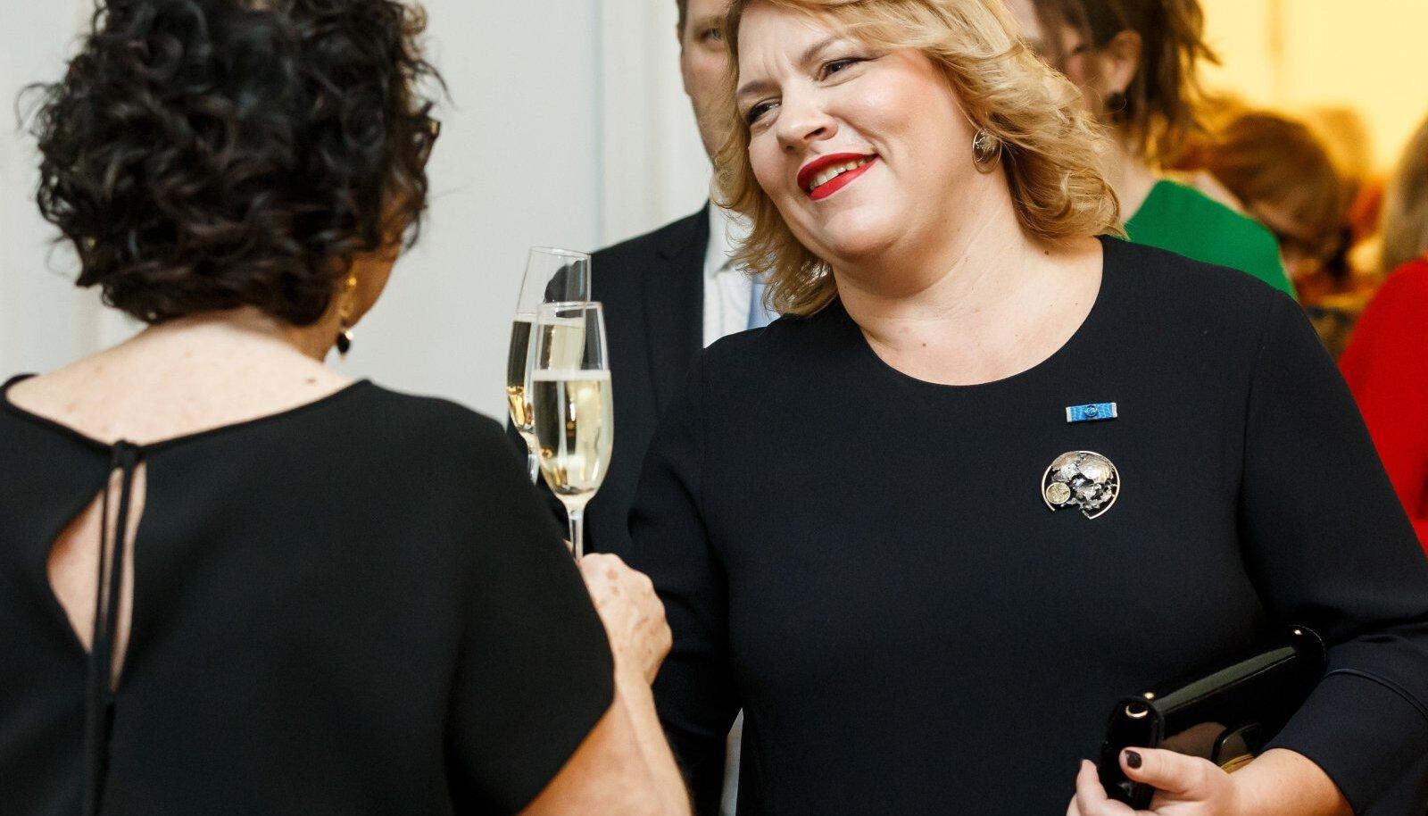 PR Partnerite omanik Ilona Leib isiklikult ja kolm tema büroo töötajat said ajal, kui paljud seisavad silmitsi palgakärbetega, terviseametist väga tulusa tööotsa.