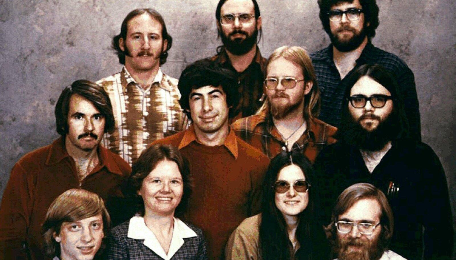 Ülevalt vasakult Steve Wood, Bob Wallace ja Jim Lane; Teises reas - Bob O Rear, Bob Greenberg, March McDonald ja Gordon Letwin; ja esireas, Bill Gates, Andrea Lewis, Marla Wood ja Paul Allen.
