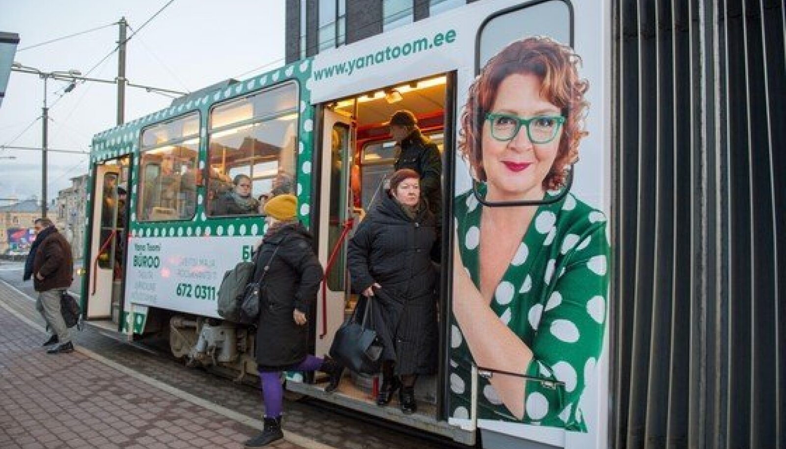 Yana Toomi õigusbürood reklaamiv tramm.