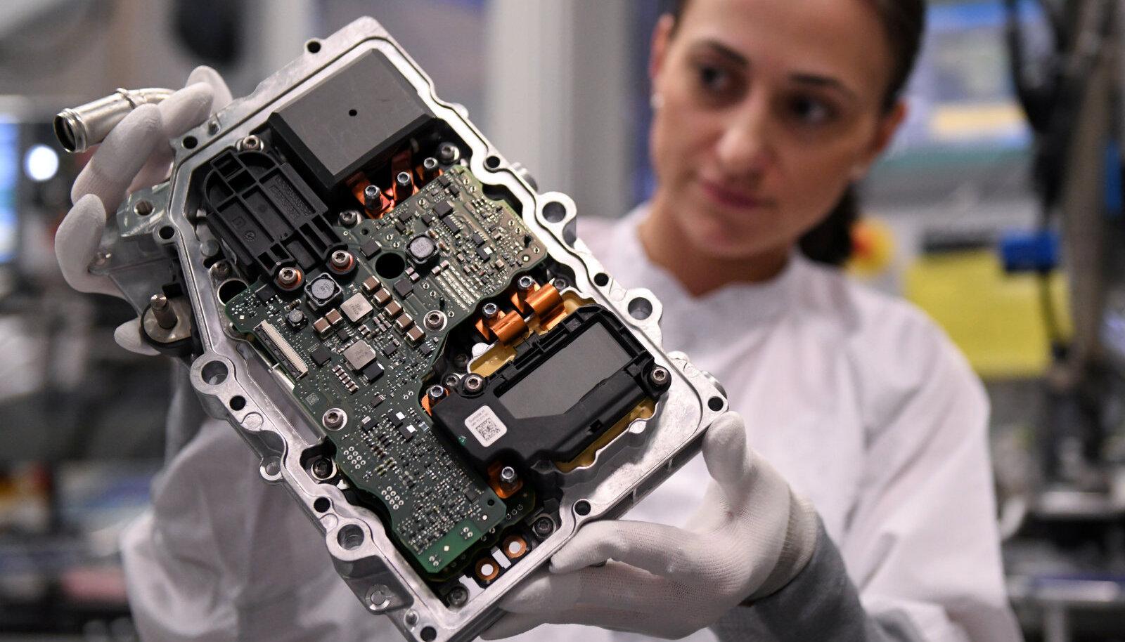 Saksa autovaruosade tootja Continental töötaja kontrollib elektroonikakomponenti. Foto on illustratiivne
