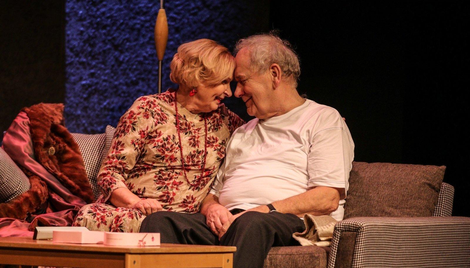 Nääkleval näitlejatest abielupaaril Martal (Luule Komissarov) ja Juliusel (Peeter Jürgens) on aega ka romantilisemateks hetkedeks.