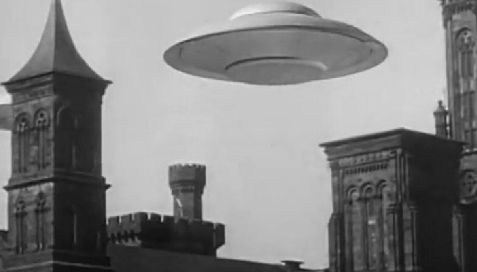 """Kaader filmist """"Maa lendavate taldrikute vastu"""" (1956)"""