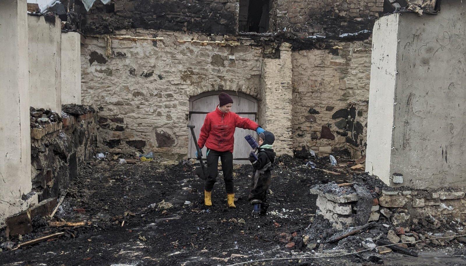 Tütar Sohvi ja tütrepoeg Teodor koristavad.