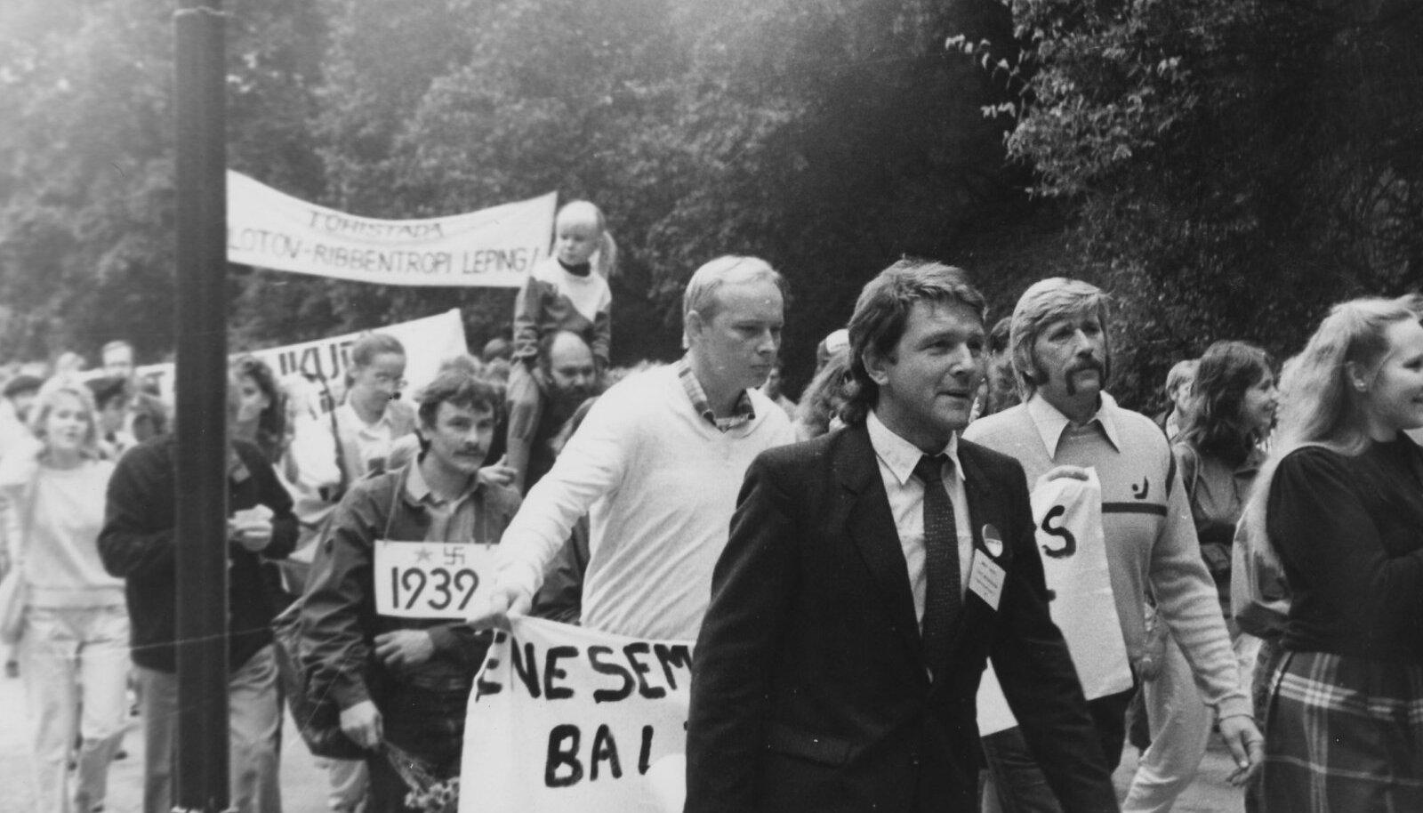 On 1987. aasta august. Tiit Madisson (esiplaanil vasakul) suundub koos rahvaga miitingule Hirveparki.