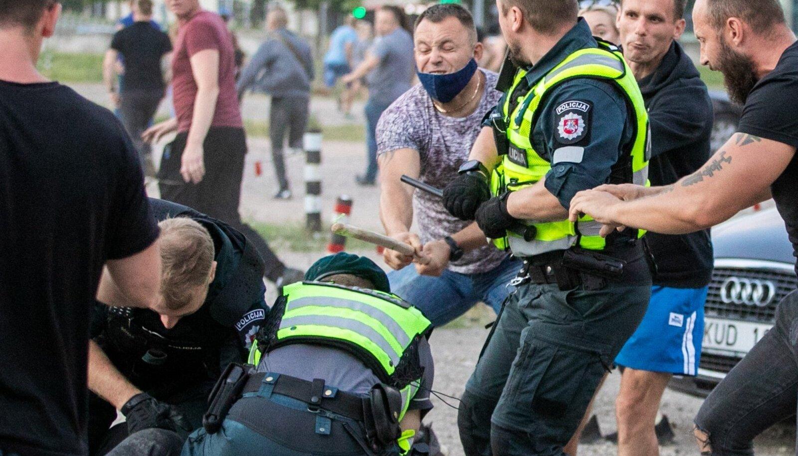 Paarsada meeleavaldajat muutusid teisipäeval Vilniuses politsei vastu agressiivseks. Viimased demonstrandid õnnestus võimudel seimi juurest ära ajada pärast südaööd.