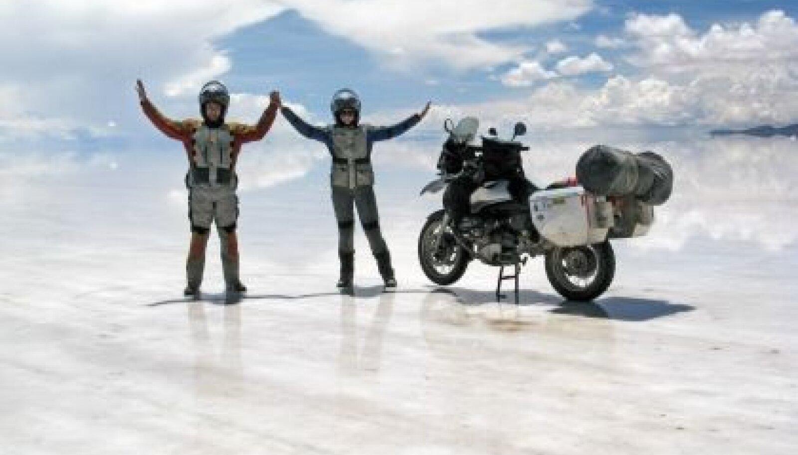Meeskond ulmelisel Uyuni soolajärvel Boliivias