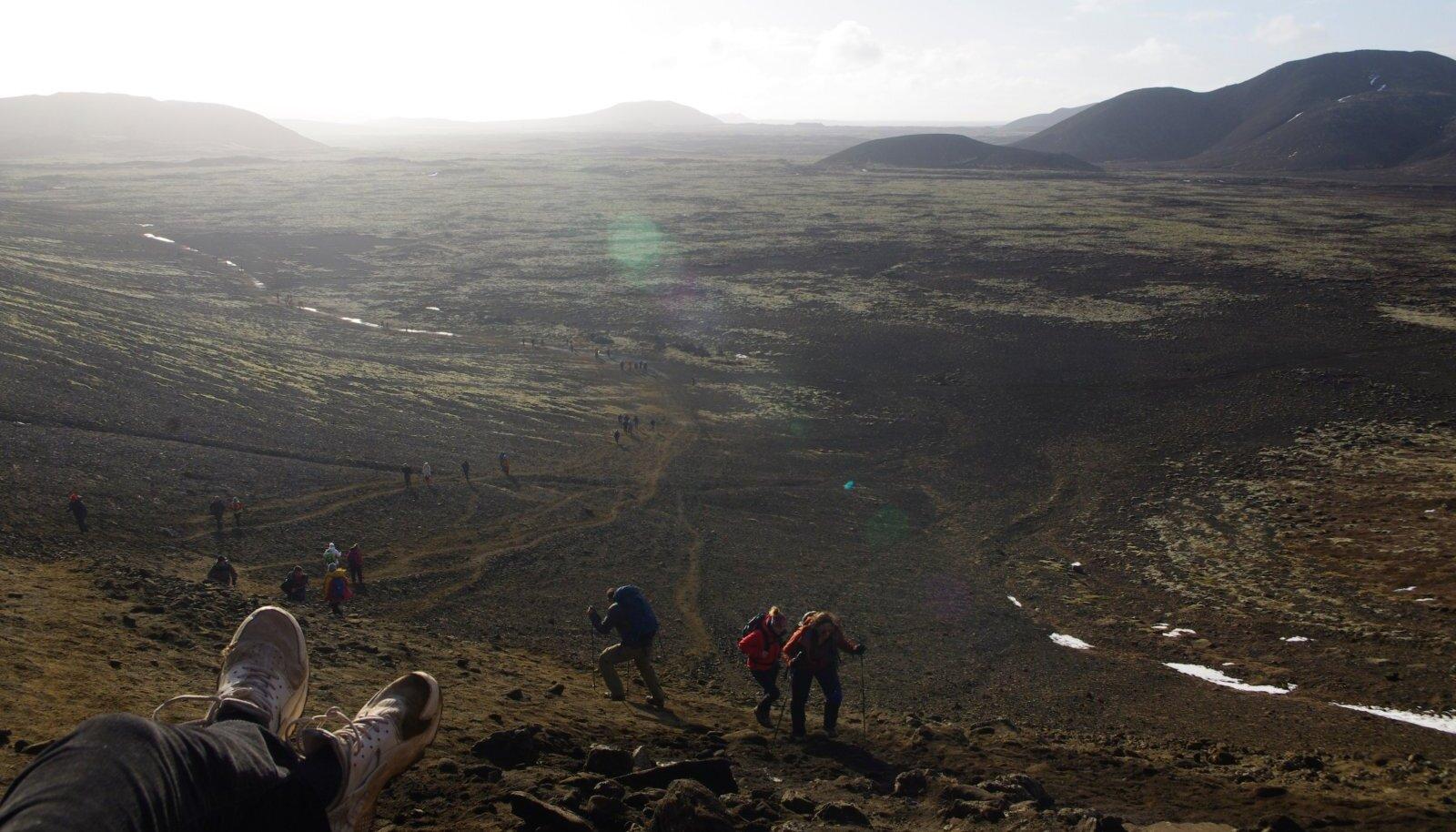 Tõeline rahvasteränne. Puhkepaus matka esimesel kolmandikul. Fagradalsfjalli vulkaaniliselt aktiivse oruni on veel umbes neli kilomeetrit.