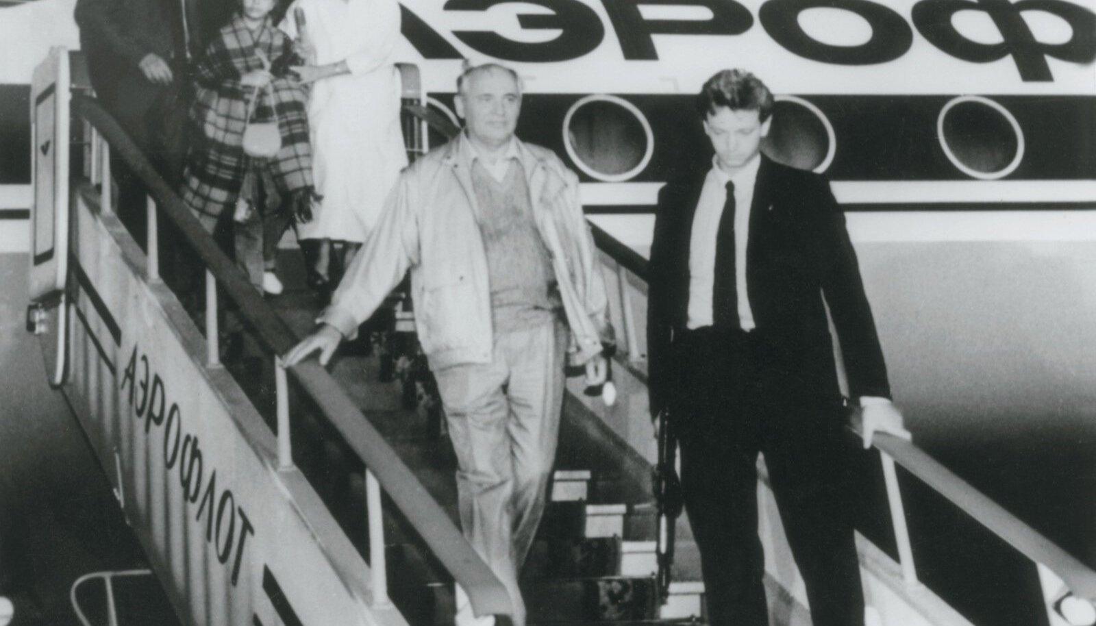 21. augusti hilisõhtul saabusMihhail Gorbatšov tagasi Musta mere äärsest Forosi residentsist, kus ta veetis perega mitu ärevat päeva.