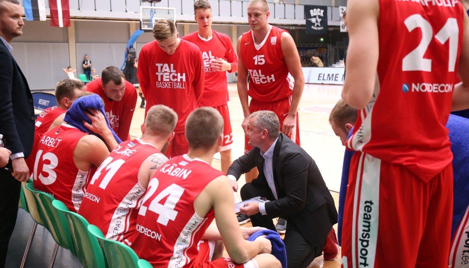 Rait Käbin (keskel) on tüürinud TalTechi meeskonna Eesti-Läti liiga eeldatavasti kõige põnevamasse veerandfinaali.