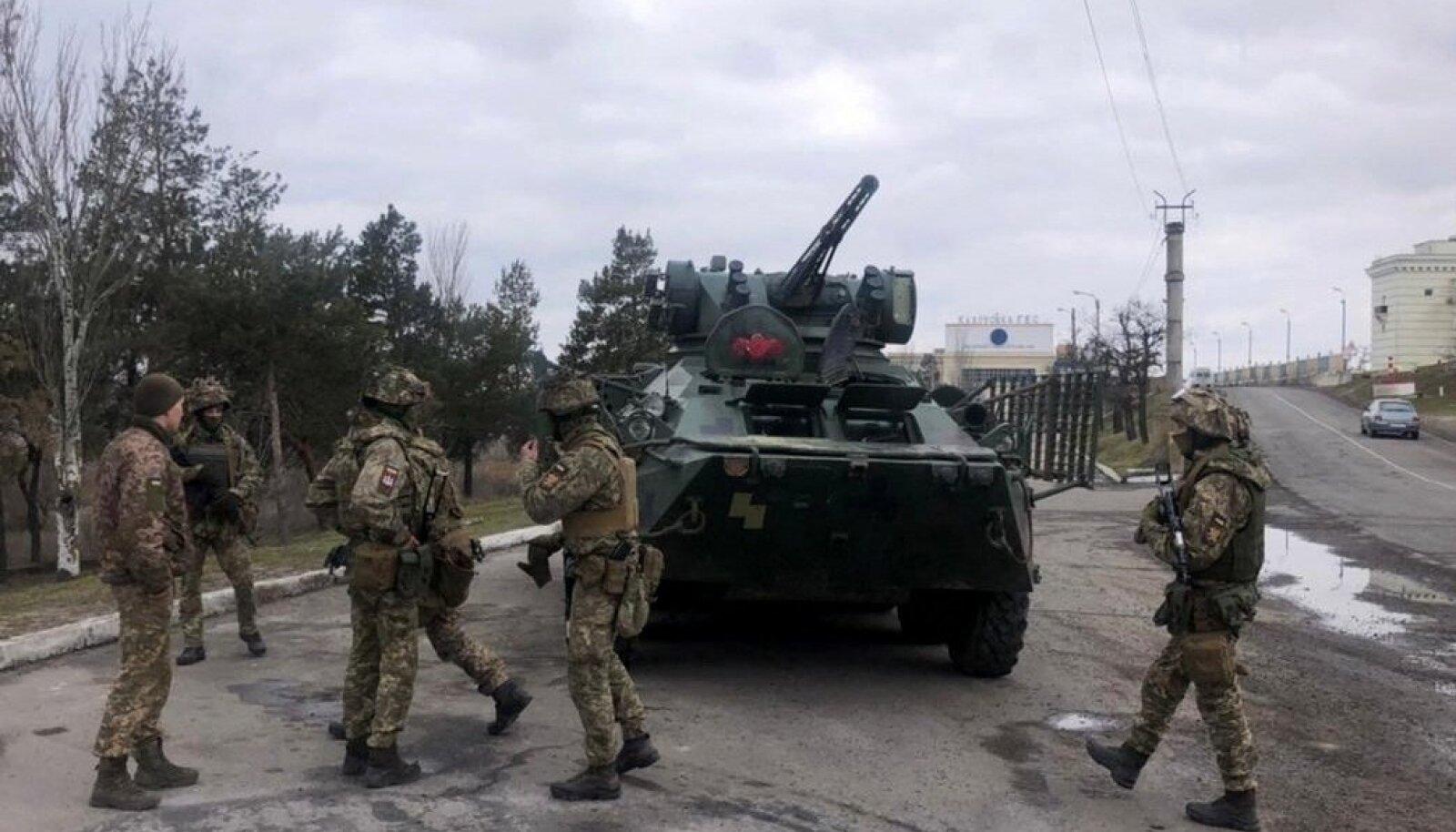 Lahinguist väsinud Ukraina sõdurid kahtlevad selles, et USA Moskva-vastased sanktsioonid ja Kiievi palve saada NATO-lt abi panevad Vladimir Putini meelt muutma. Silmitsi Vene väeüksuste piiri taha koondamisega, on president Volodõmõr Zelenskõi soovinud läänelt käegakatsutavamat abi. Paljud Ukraina sõjaväelased tõdevad, et nad on jäetud omapäi.