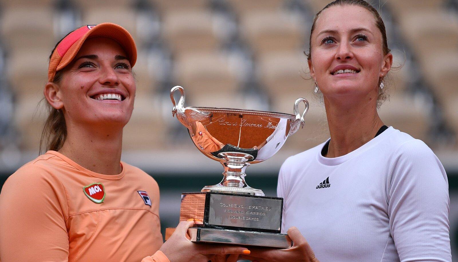 Timea Babos ja Kristina Mladenovic (paremal) 2020. aasta French Openi paarismängu trofeega.