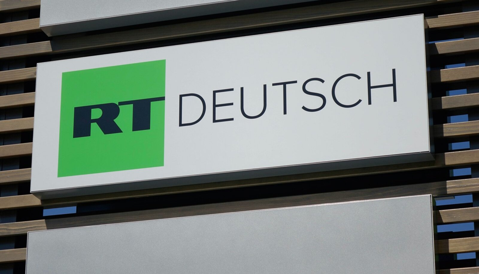 Schild von RT Deutsch Schild von RT Deutsch 06 05 2018 Adlershof Am Studio Berlin In Adlershof