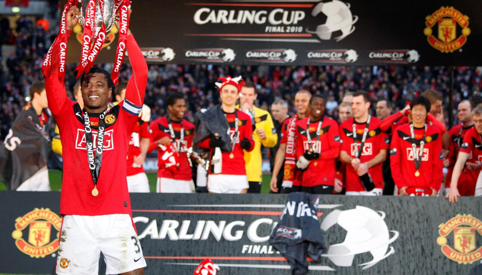 Patrice Evra Manchester Unitedi kaptenina liigakarikat pea kohale tõstmas