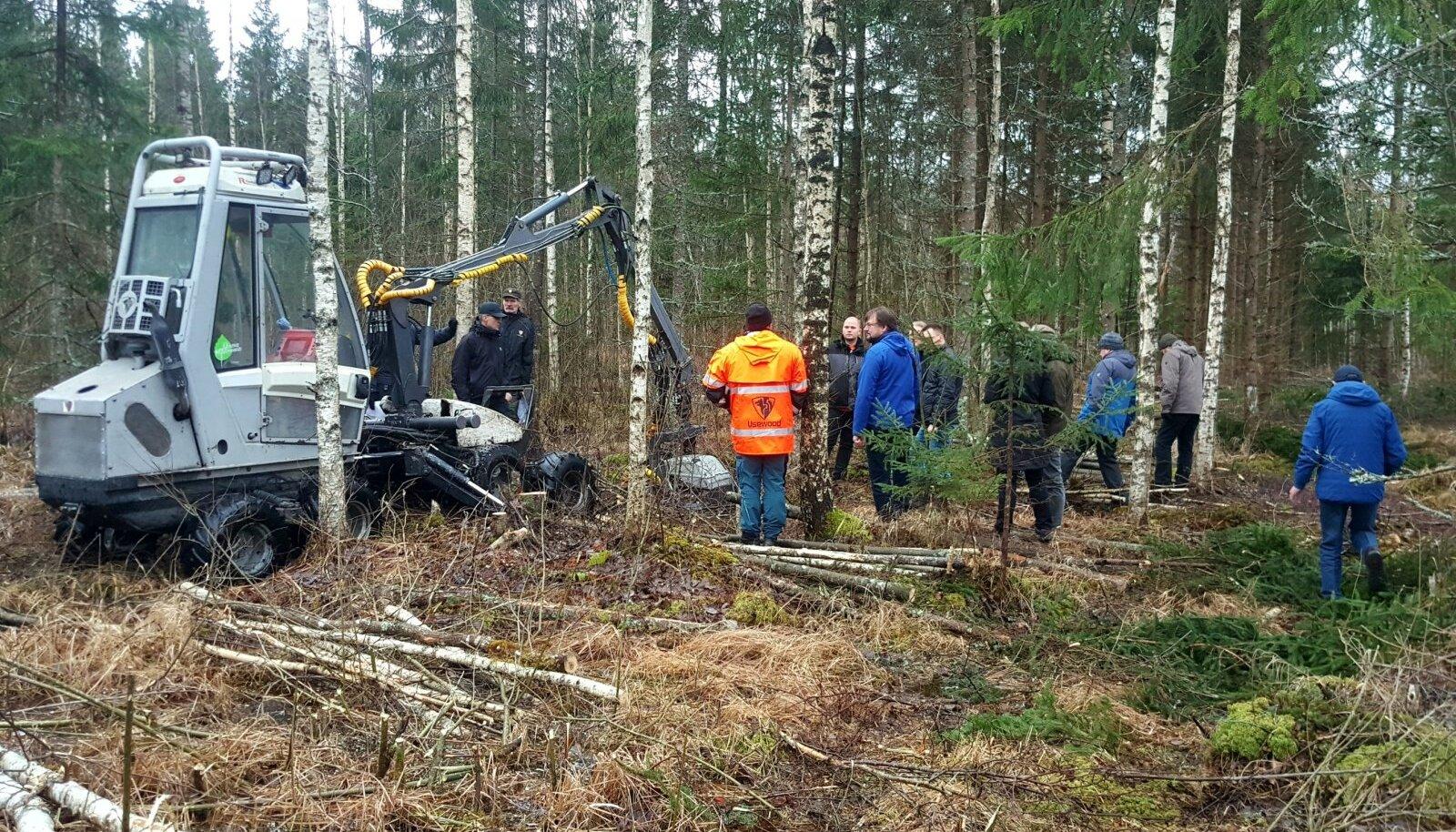Erametsakeskuse ülesandeks on peale toetuste jagamise ka erametsanduse tugisüsteemi arendamine ja erametsandusalase koostöö edendamine rahvusvahelistes projektides. Fotol projekti Baltic ForBio väliskülalised Eestis miniharvesteride tööga tutvumas.