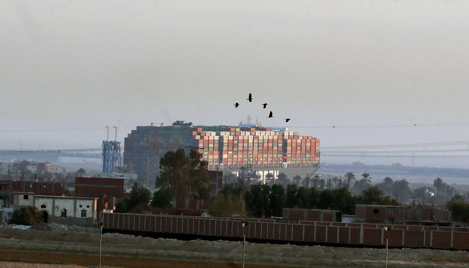 Hiiglaslik konteinerlaev seiskas liikumise Suessi kanalis