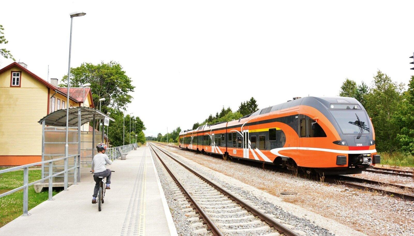 Elroni rong seisab Võhma peatuses tehnilise rikke tõttu.
