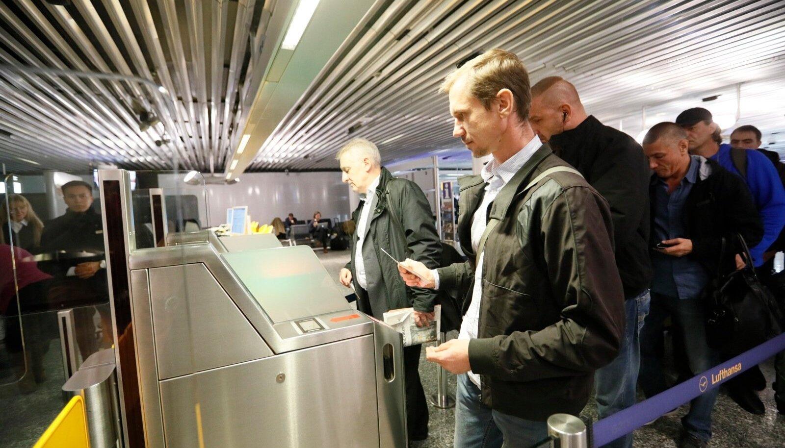 Eesti laevakaitsjad lähevad Frankfurdi lennujaamas Tallinna lennule. Kohe-kohe on nad kodus.