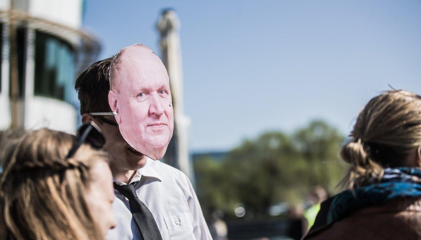 Tudeng Mart Helme maskiga