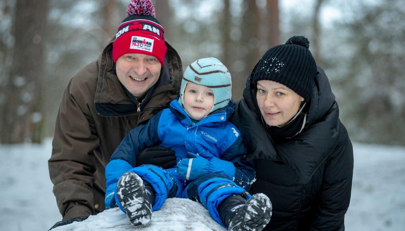 Raivo E. Tamm koos poeg Johannes Hermanni ja abikaasa Helenaga naudib koduses Nõmme metsas talverõõme.