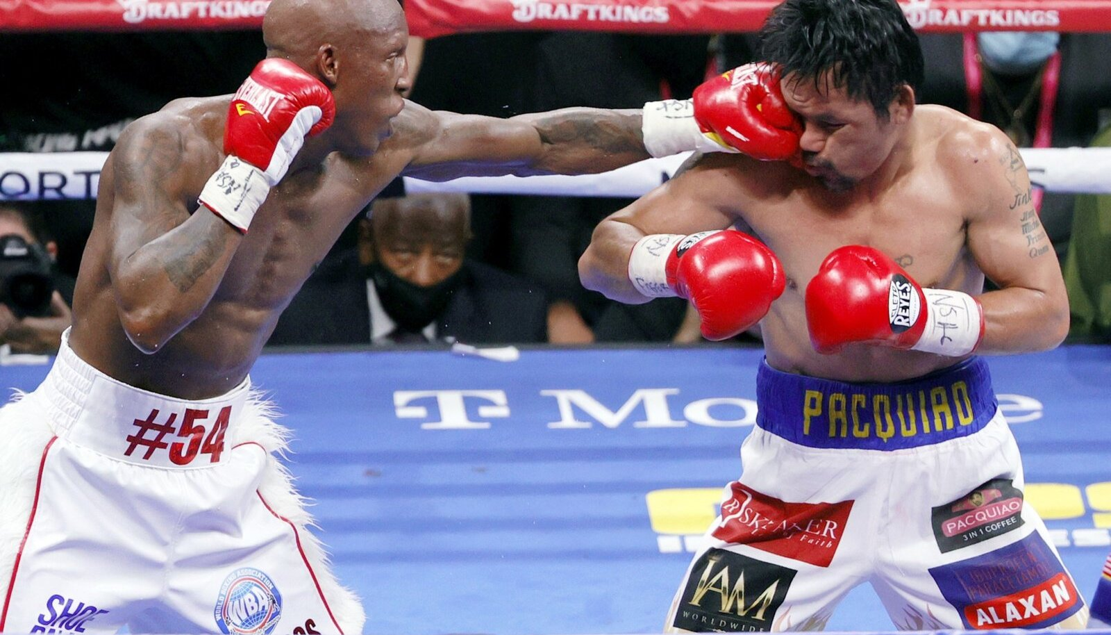 Manny Pacquiao (paremal) sai viimases matšis kõvasti haiget.