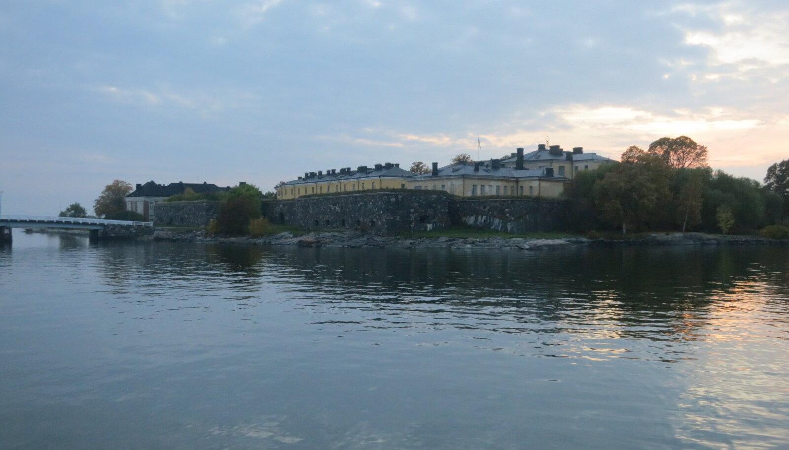 Suomenlinna merekindlus rajati algselt kuuele saarele, mis omavahel ühendati. Hiljem lisandusid kaitserajatised veel kahele väiksemale saarele