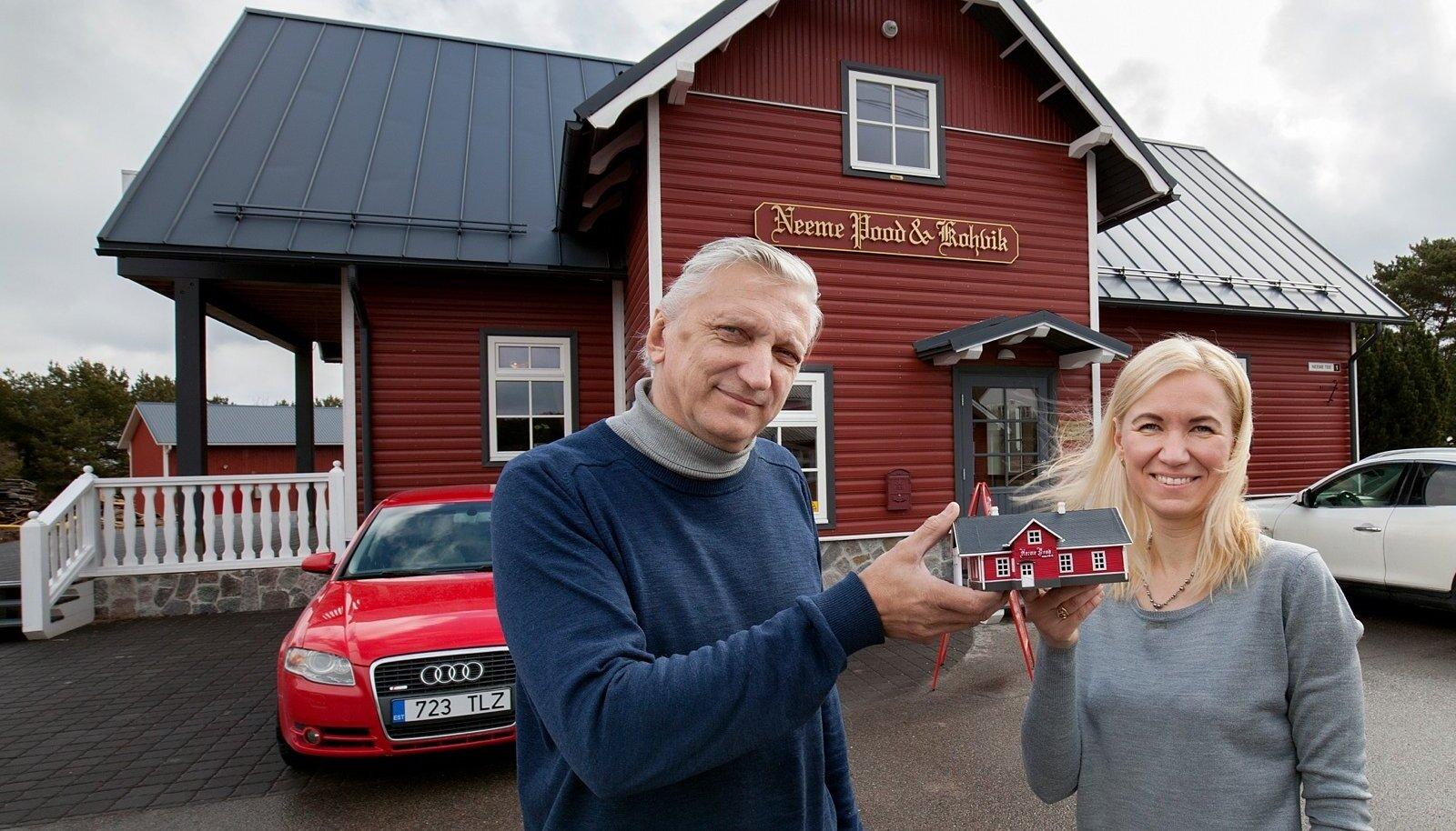 Mudel ja pärispood koos omanike Tõnu Vaheri ja Triin Paeverega.
