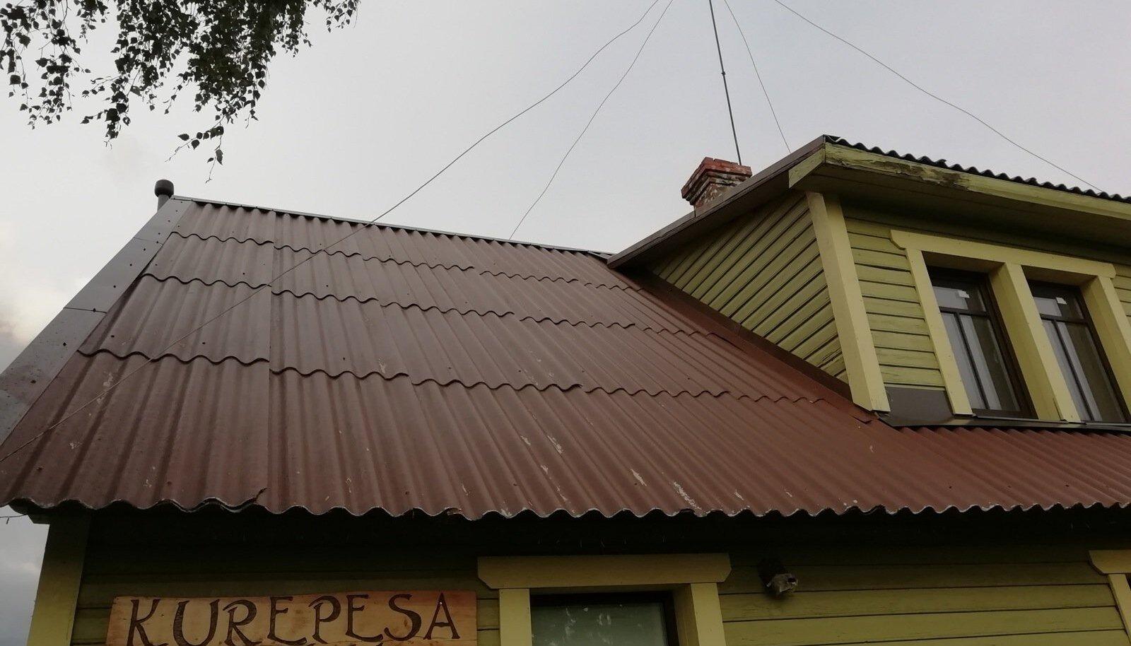 Selle maja vana eterniitkatus on värvitud üle umbes seitse aastat tagasi.