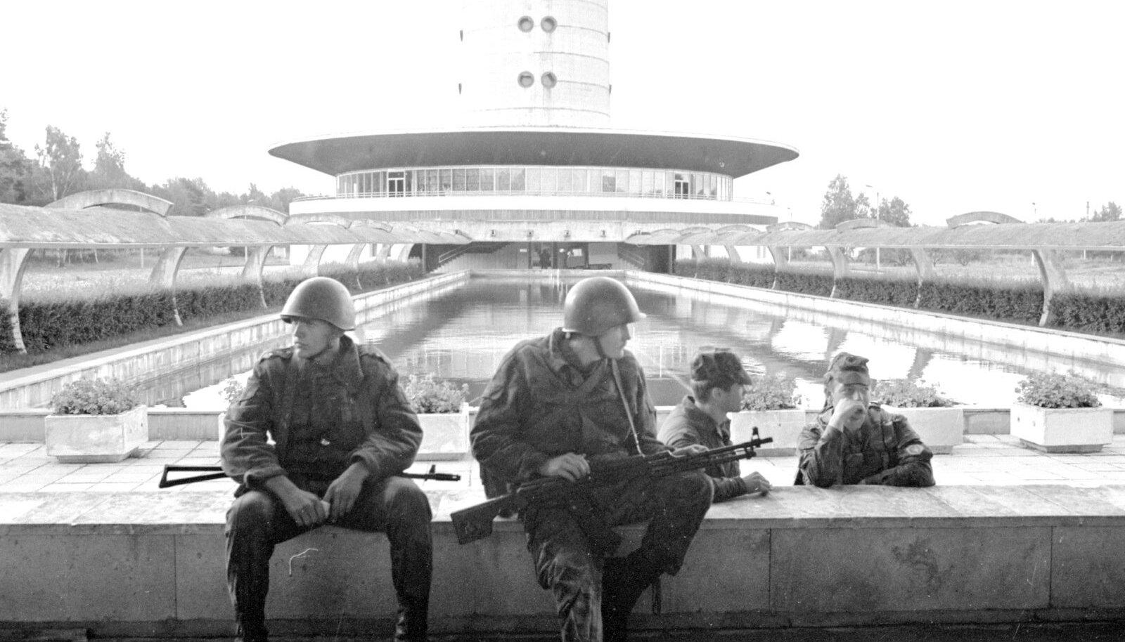 Pihkva sõjaväelased augustis 1991, teletorni jalamil
