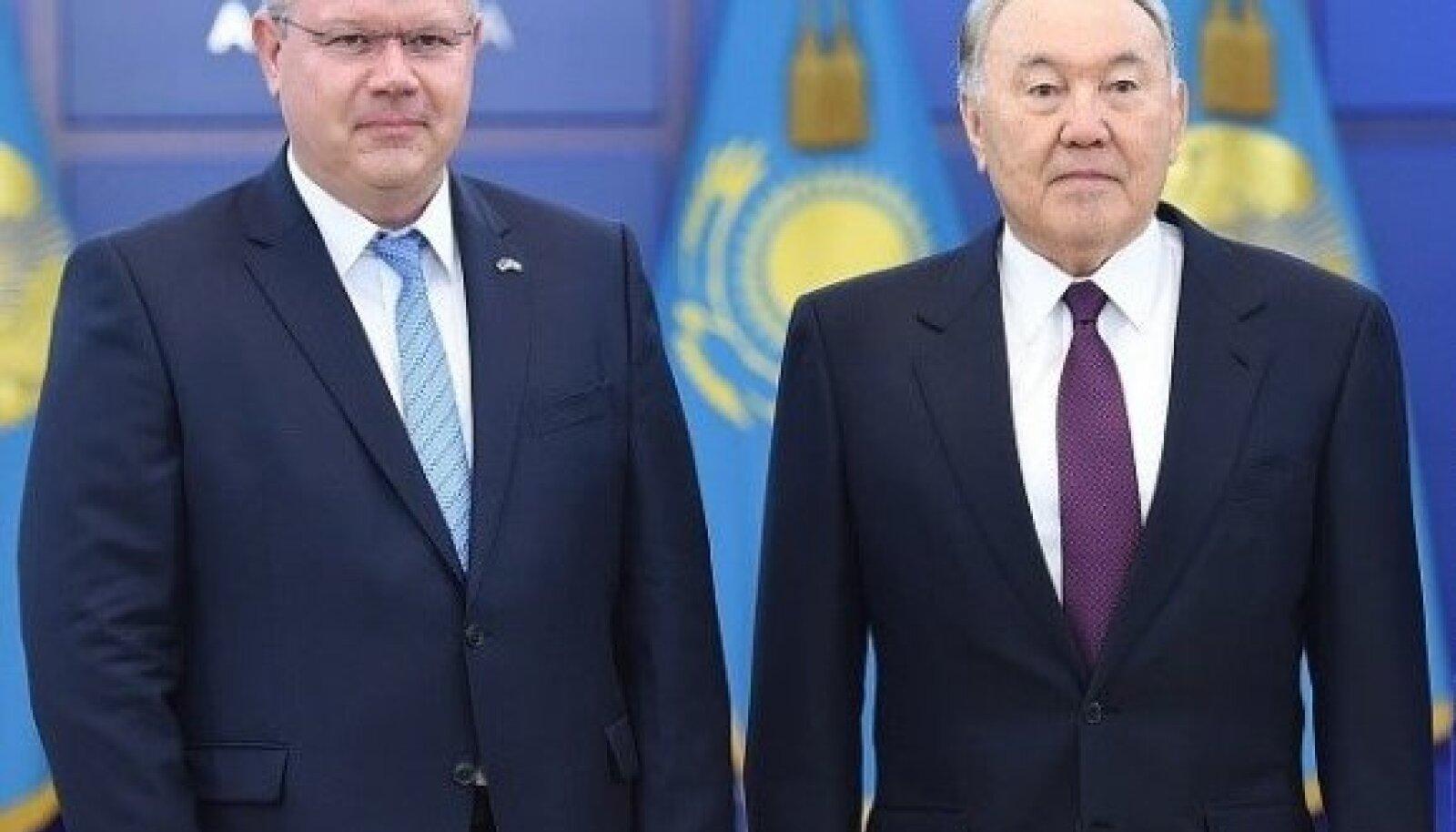 Suursaadik Heiti Mäemees ja Kasahstani endine president Nursultan Nazarbajev.