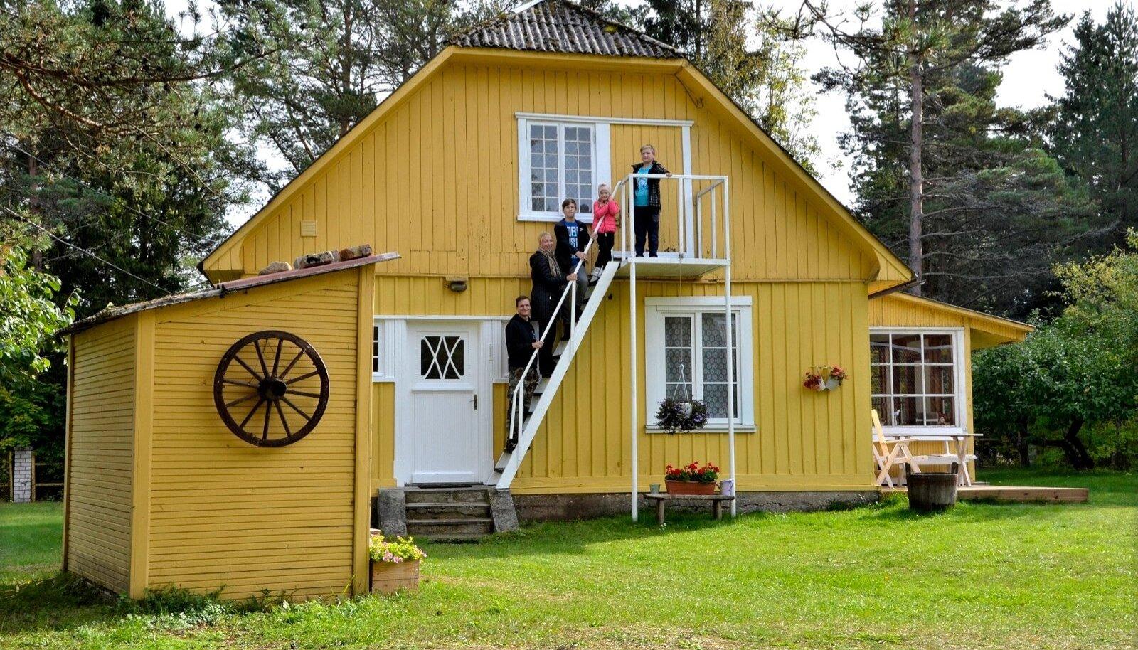 Liisteri pere oma Pöidla suvekodus Hiiumaal. Vasakul on kaevumaja. Pildil isa Sven, ema Anneli, vanim poeg Franz Hugo, pesamuna Aliise Marie ja Mihkel Juhan.