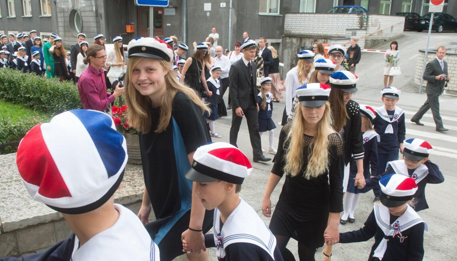 Pramtsuse Lütseumi abituriendid viivad esimese klassi õpilasi aktusele