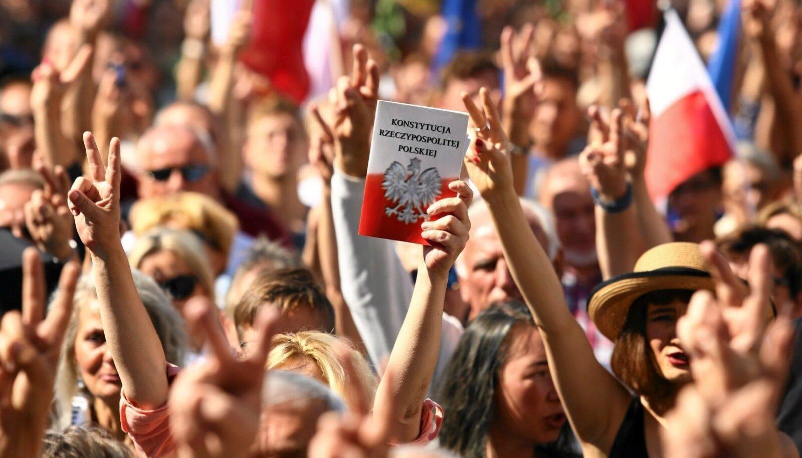 Meeleavaldajad tulid pühapäeval protestima nii Poola kui ka Euroopa Liidu lippudega, aga ka Poola põhiseadusega.
