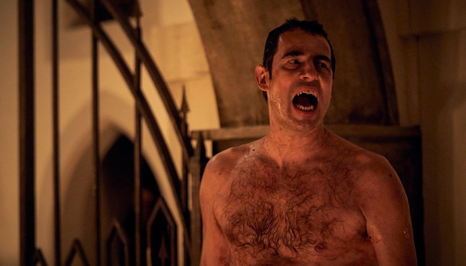 KURIKAVAL ELAJAS: Mõned sekundid varem elusa hundi seest välja pugenud krahv Dracula (Claes Bang) ootab, et saaks kloostris nunnaverd maitsta.