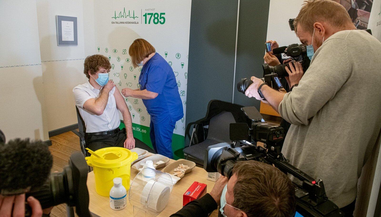 Tervise- ja tööminister Tanel Kiik esimest vaktsiinisüsti saamas.